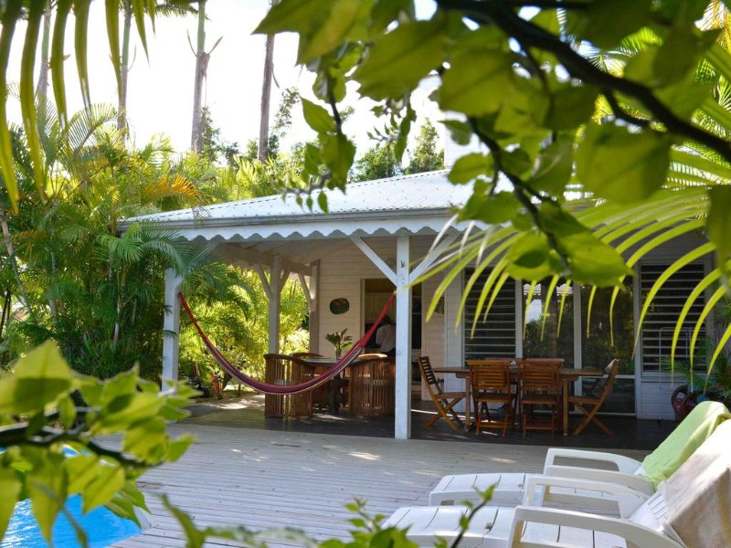 Villa Van Gogh with private pool by the sea in a tropical garden, location de vacances à Sainte Rose