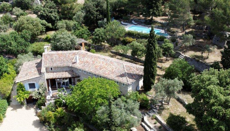 Maison de charme et grand confort, Piscine chauffée, clim, boulodrome, sauna, Ferienwohnung in Vaucluse