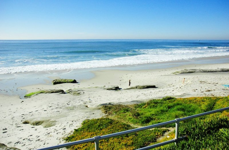 Beautiful and Affordable 1 Bedroom Apt. , Sleeps 4 ,1 Block from Beach!, vacation rental in San Diego