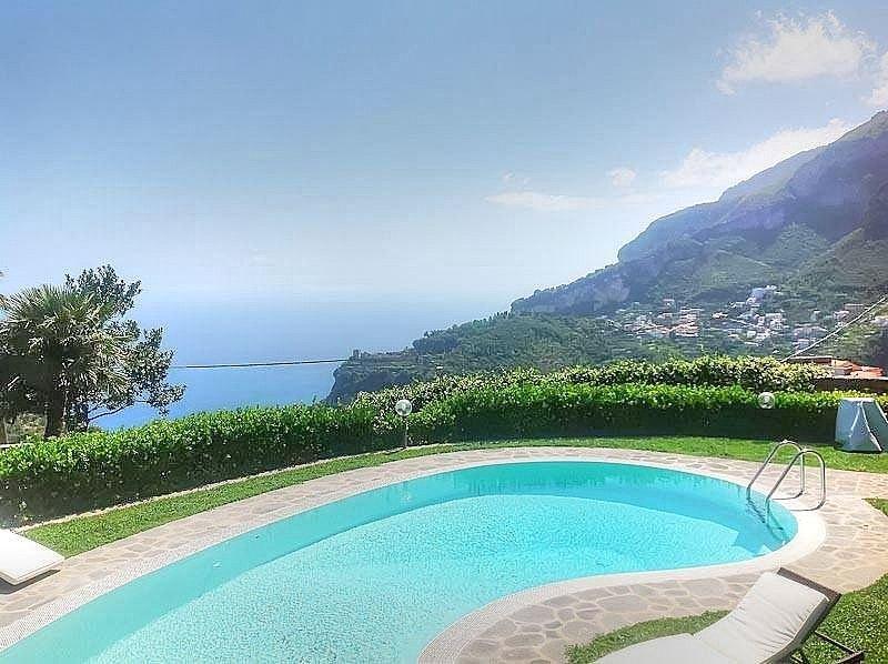 Villa Mabella: Una luminosa ed elegante villa storica su tre piani situata su un, vacation rental in Pontone