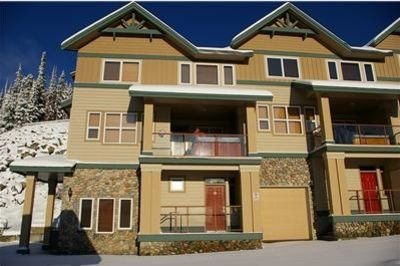 Right Beside Ski in Ski Out Access! Views! Deluxe Hot Tub!, holiday rental in Big White