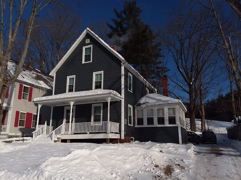 Village House on Shuttle Route- Great Location!, location de vacances à Proctorsville