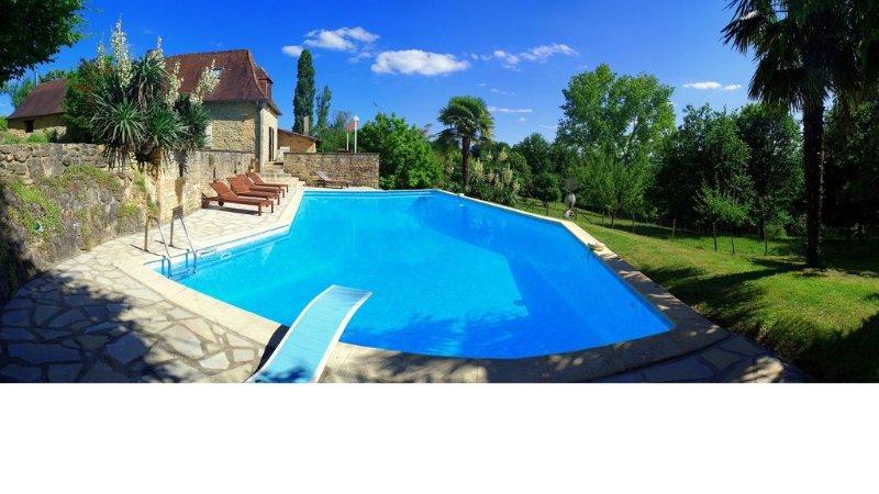 Très grande piscine, 6 x 13 mètres, jusqu'à 3,5 mètres de profondeur.