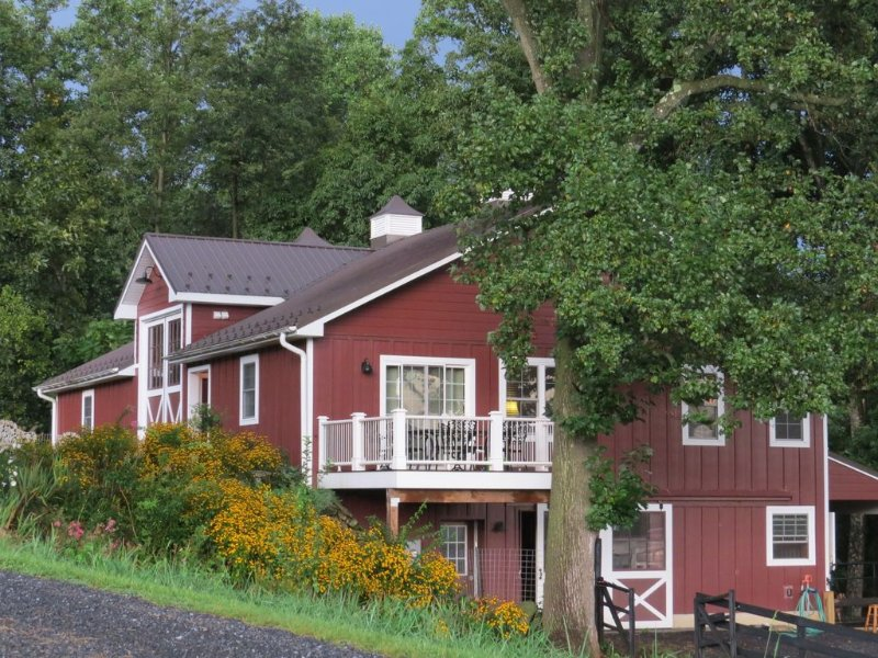 Serenity and Adventure on Historic Blue Ridge Farm, holiday rental in Syria