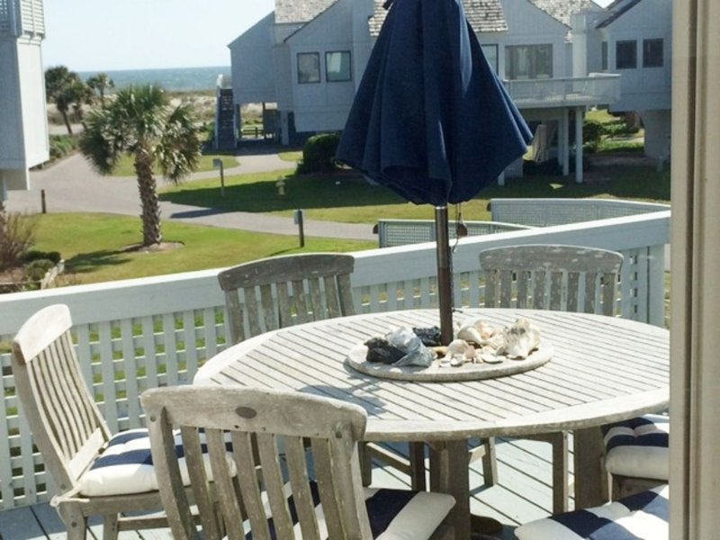 Great 3 Bedroom Ocean View Villa. Beach Access. Like Home with 2 Golf Carts, location de vacances à Bald Head Island