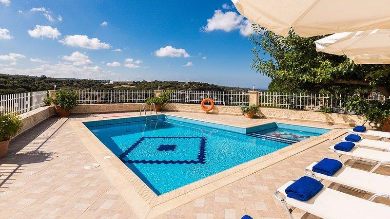 Spacious Villa with Gorge View, Ideal for big groups, location de vacances à Thronos