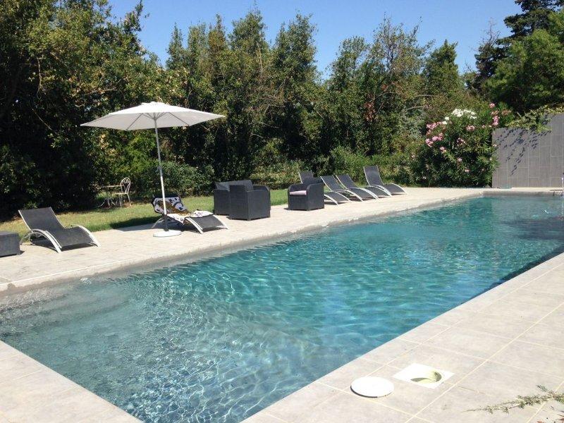 Ancienne commanderie avec piscine et jardin privatifs, aluguéis de temporada em Sylvereal