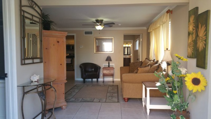 Apt. B, Beach block beauty. Everything you'll need for a great Vacation., holiday rental in Pompano Beach