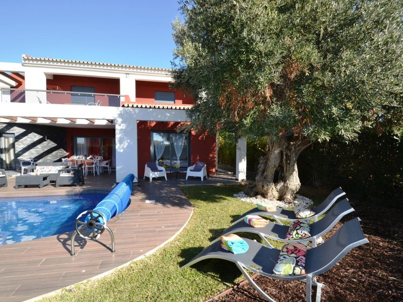 Luxury 3 en-suite Villa + 1 bed room Just 200mts from the Beach *Heated Pool*, casa vacanza a Gale
