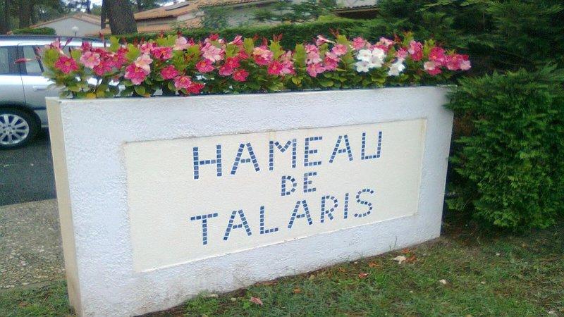 Villa grand confort , 300 m du centre, jardin clos sous une pinède parking privé, holiday rental in La Palmyre-Les Mathes