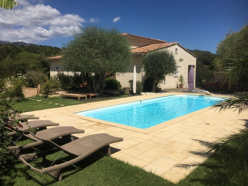 Villa avec piscine chauffée  8 minutes de Porto Vecchio et ses plages., aluguéis de temporada em Porto-Vecchio