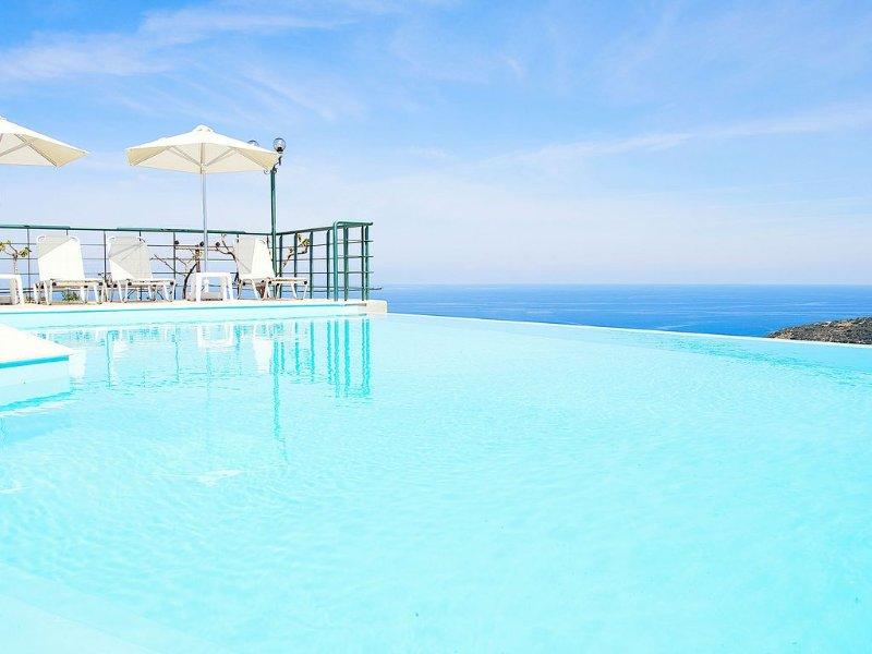 Villa with Unique Outdoor Areas, Panoramic views, Indoor & Outdoor Infinity Pool, holiday rental in Kato Valsamonero