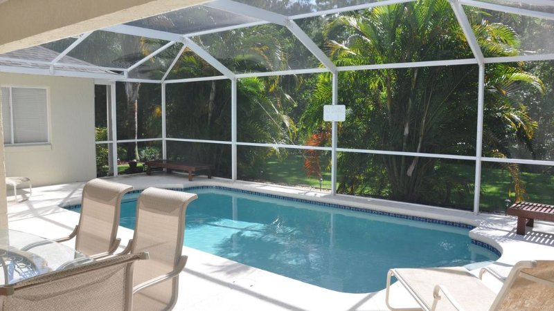 Unbeatable pool privacy ❤️ in a hidden tropical oasis close to Disney!, holiday rental in Loughman
