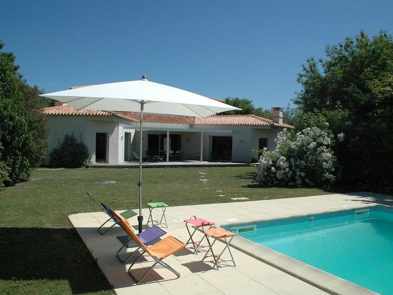 Grande propriété luxueuse (5000m2) avec piscine et tennis, location de vacances à Arcais