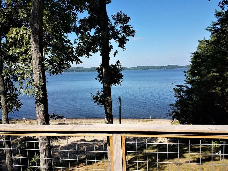 Newly Renovated Lakeside Cottage, Beautiful Lake Views With Adjacent Boat Ramp., location de vacances à Bumpus Mills