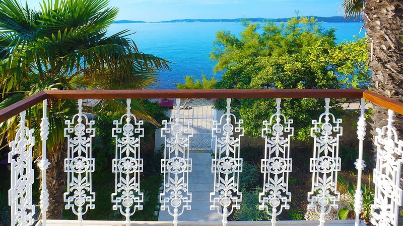 Seafront Villa Agnes, old captains house, beachfront villa with private pool, aluguéis de temporada em Orebic
