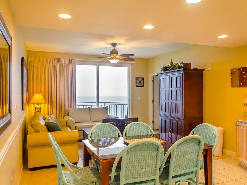 """Vista al mar desde la cocina, comedor y sala de estar, de 40"""" LCD TV."""