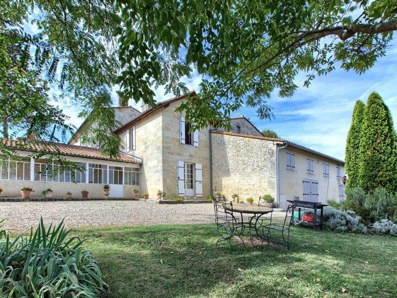 SAINT EMILION joli gîte Bachus dans maison typique en pierre, vacation rental in Saint-Etienne-De-Lisse
