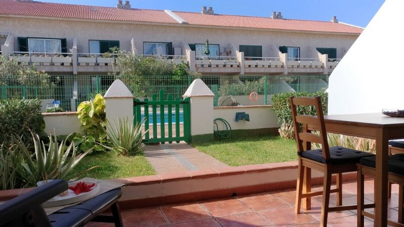 Apartment with terrace and private pool access,WiFi Free, near shops & services, casa vacanza a El Medano