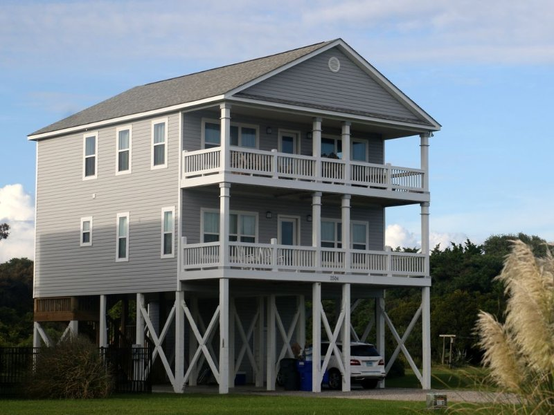 Family Vacation House with Ocean Views, location de vacances à Oak Island