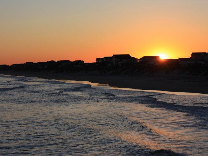 Kust lijn van de Surf City visserij-pier bij zonsondergang
