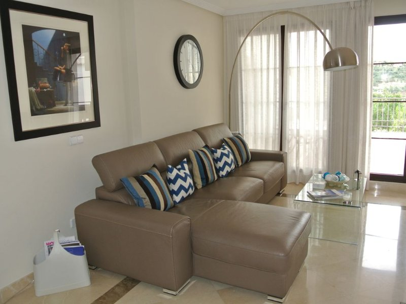 Luxurious & Spacious 3 bed Apartment in Los Arqueros Golf & Country Club, holiday rental in Benahavis