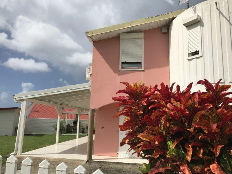 DUPLEX HOUSE, 3 CH CONDITIONED, JACUZZI GARDEN, PARKING, NEAR BEACHES, casa vacanza a Sainte-Luce