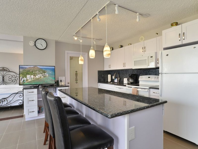 Fully Remodeled View Condo with Free Parking and Hi-Speed WiFi, holiday rental in Honolulu
