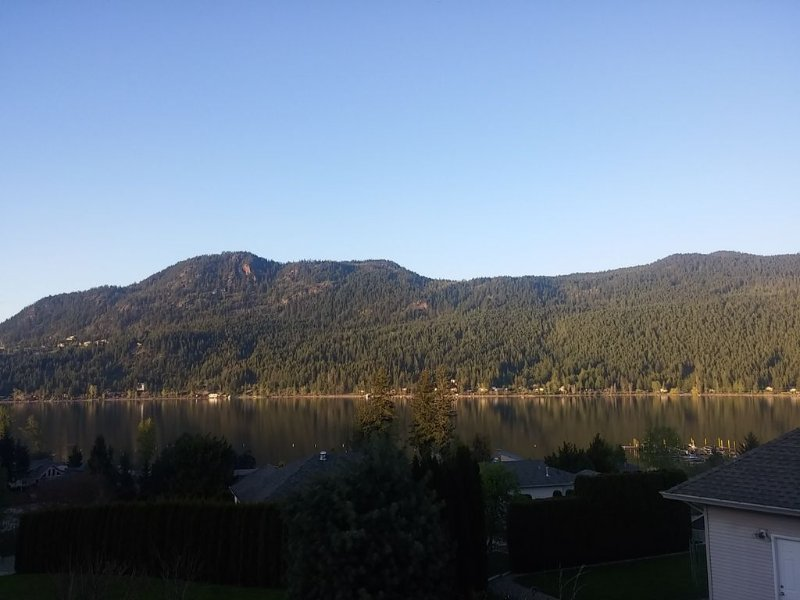 Beautiful Lake View!  Walk To The Beach!  Great For Families!, alquiler de vacaciones en Salmon Arm