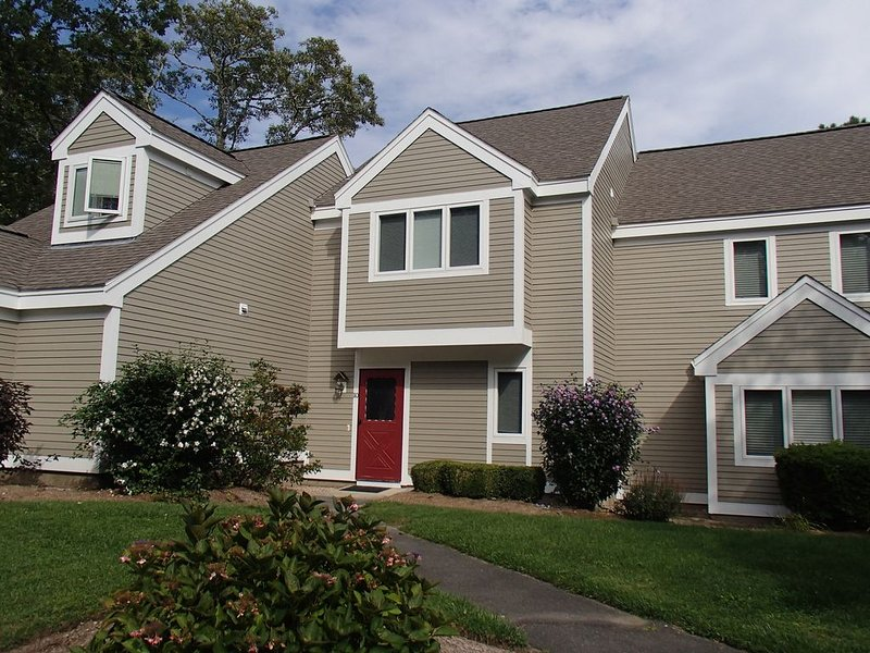 Ocean Edge 2 Br Townhouse with central air, private patio, and Resort Access, holiday rental in Brewster