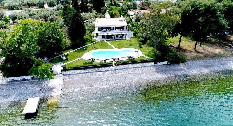 Villa Agios com sua praia quase privada.