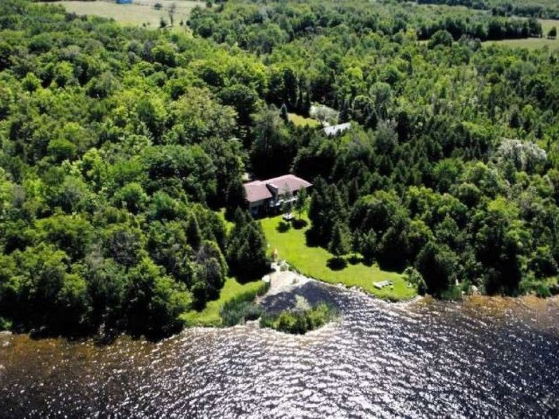 Gorgeous 4 Bdm Cottage On Over 2 Acres Of Waterfront, aluguéis de temporada em Lakefield