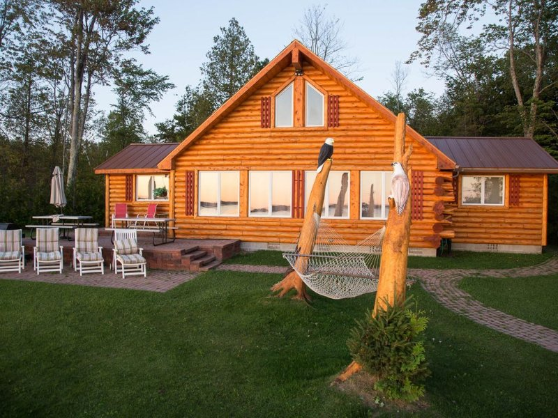 Charming Lakefront Log Cottage, With 4 Star Furnishings, 15 min. N of Mighty Mac, alquiler de vacaciones en Mackinac County