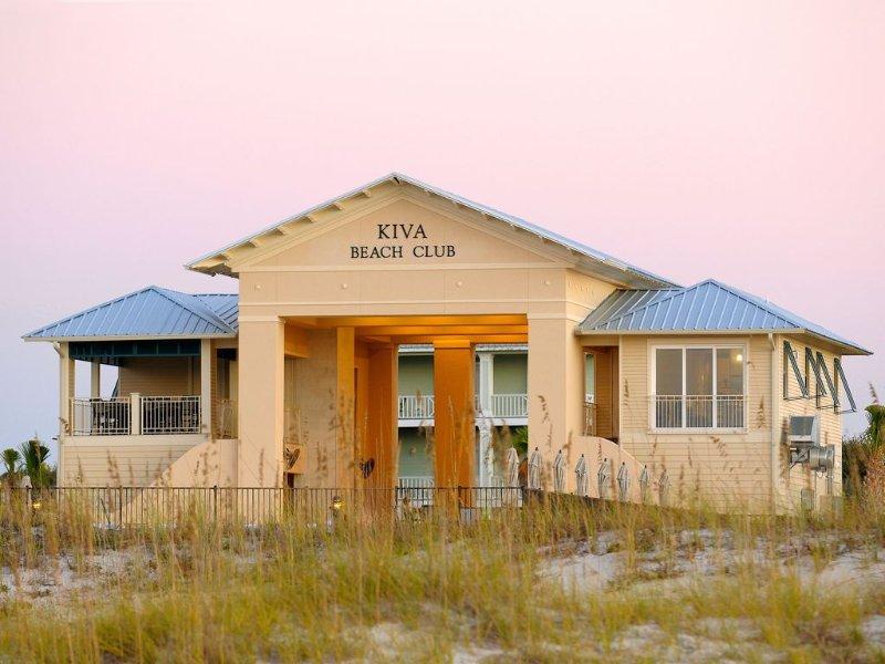 La Kiva Beach Club está en la playa, alquiler de silla con servicio de alimentos y bebidas
