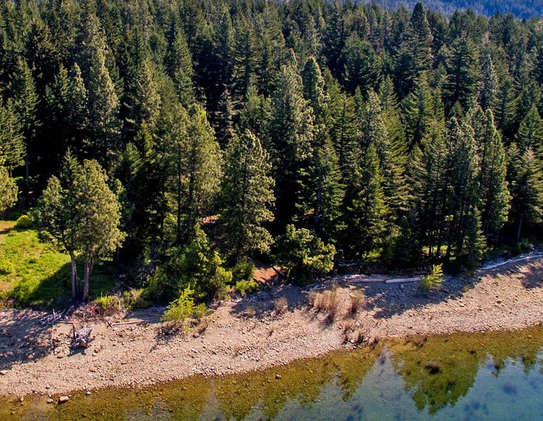Private and cozy cabin on the shores of Lake Cle Elum! Relax and Unwind!!, vacation rental in Ronald