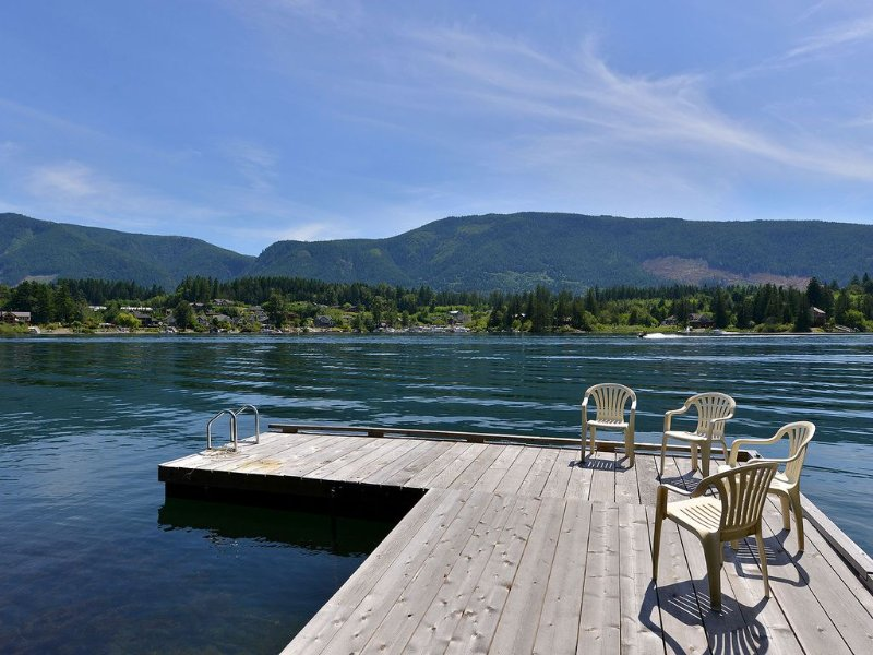 4 Bedroom Home with Private Dock and Hot tub, vacation rental in Vancouver Island