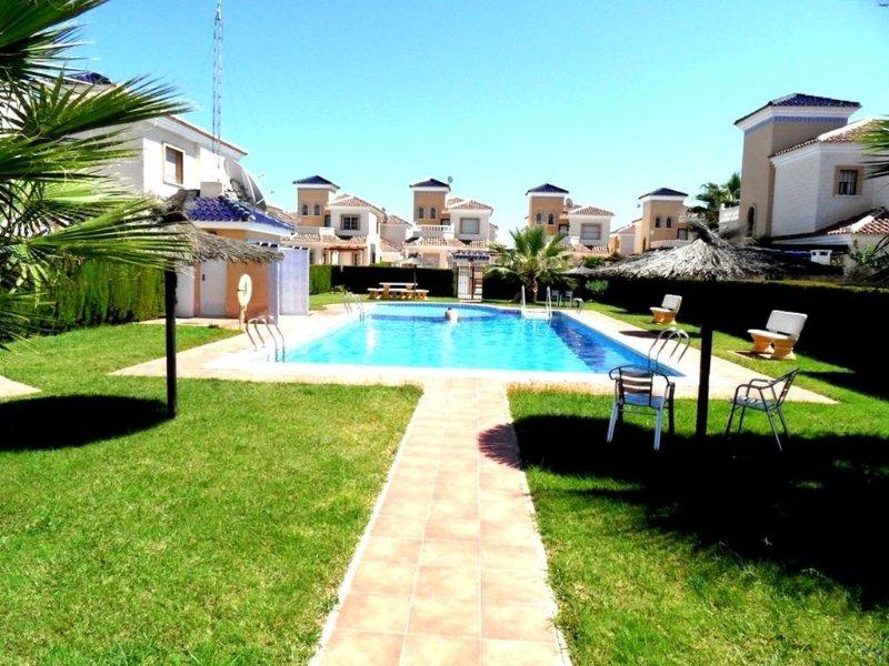 Detached 2 Bedroom  Air Conditioning Villa with Communal Pool El Raso Guardamar, alquiler vacacional en Ciudad Quesada