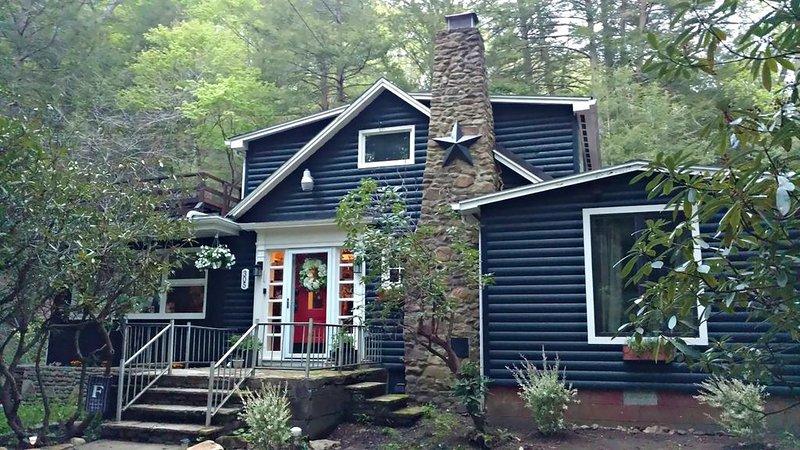 Serene Mountain Cottage on banks of McCullen Run Stream, vacation rental in Ligonier