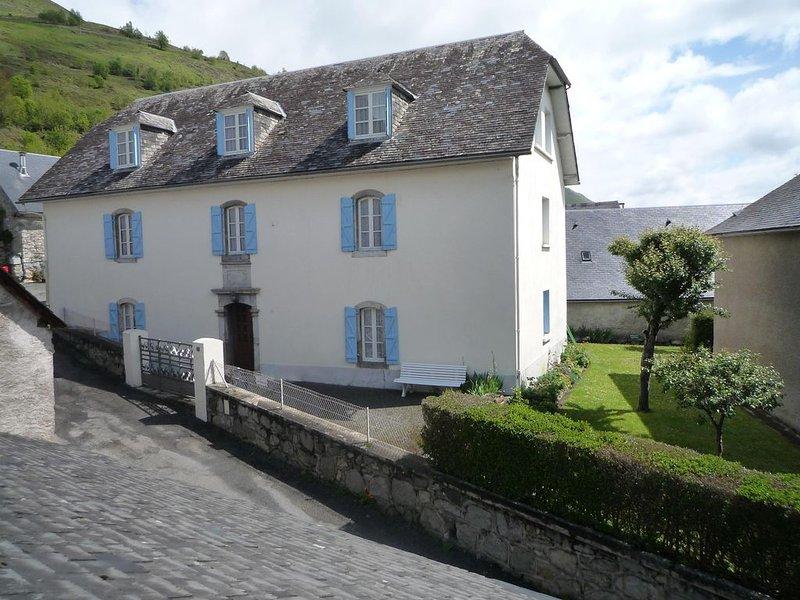 Grande maison traditionnelle rénovée pouvant accueillir 6 à 12 personnes, holiday rental in Aucun