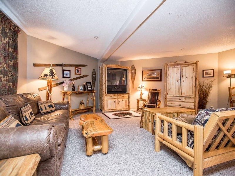 Immaculate condo steps to the ski slopes and hiking trails!!, alquiler de vacaciones en Polebridge
