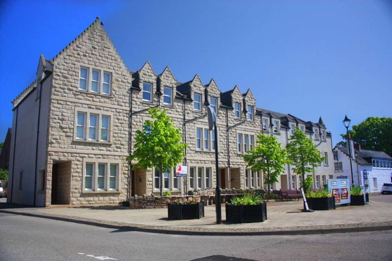 Modern luxury apartment overlooking the main square in Dornoch., holiday rental in Cadboll
