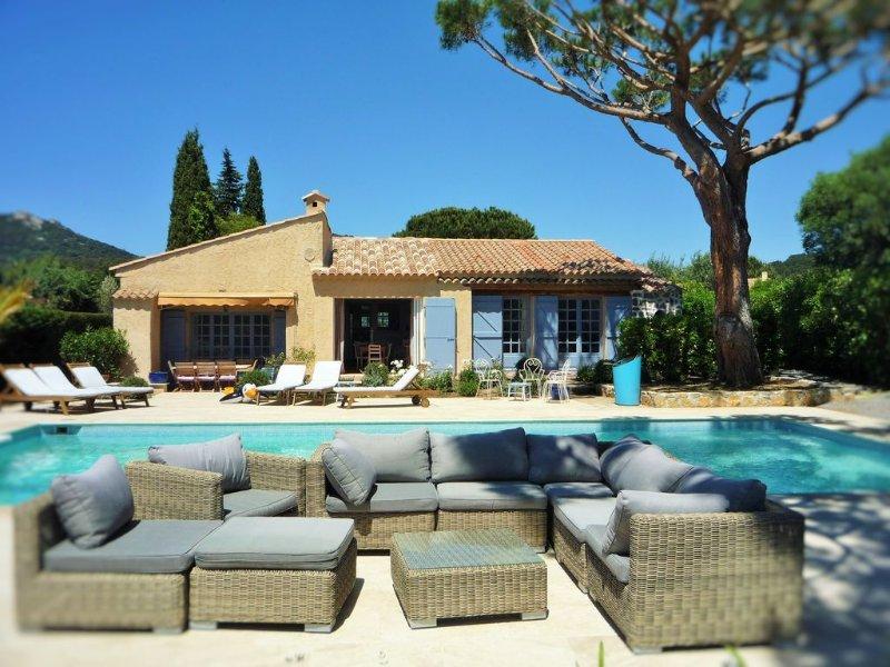 Charmante villa vue mer avec grande piscine privée chauffée, jardin de 1500m², holiday rental in Grimaud