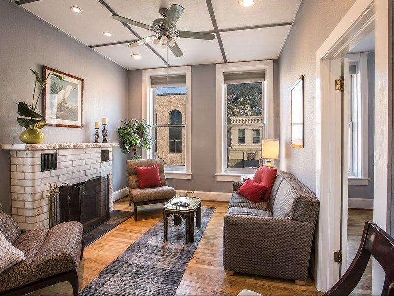 Modern, Cozy, Beautiful Space in the Heart of Downtown Glenwood Springs, holiday rental in Glenwood Springs