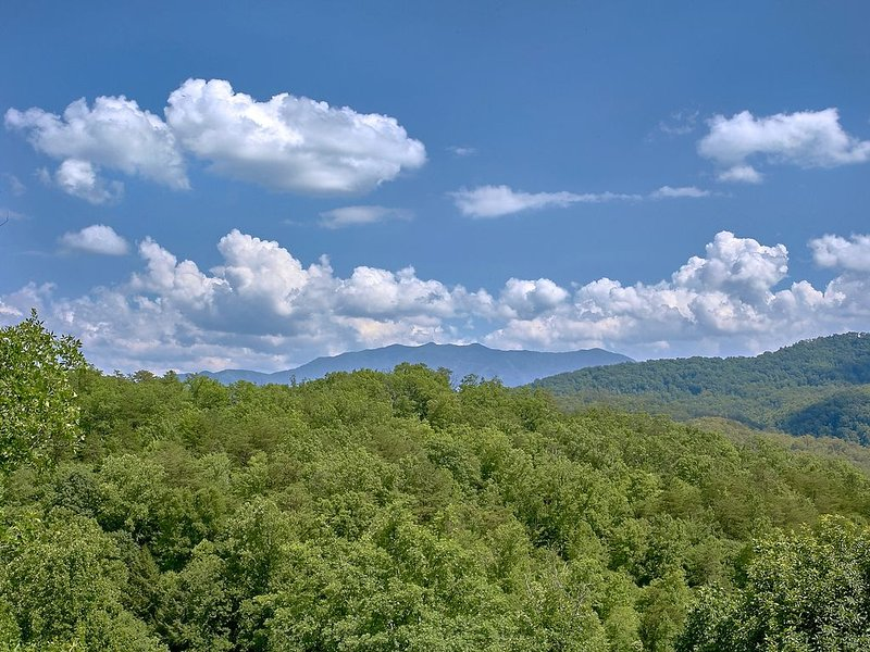 Enjoy Mountain Views from you Luxury Cabin with Private Home Theater Room, vacation rental in Pigeon Forge