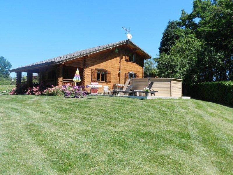 Chalet en bois moderne avec piscine chauffée jacuzzi spa et sauna, holiday rental in Lacombe