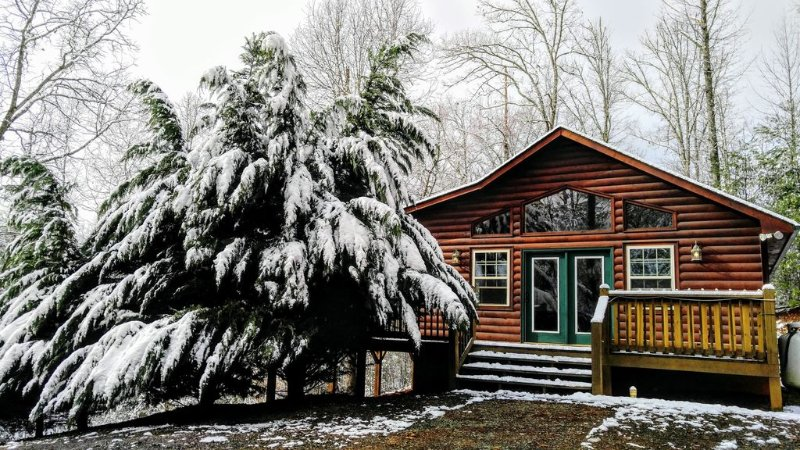 HICKORY NUT HIDE -A- WAY  *** SPRING IS IN THE AIR***, holiday rental in Murphy