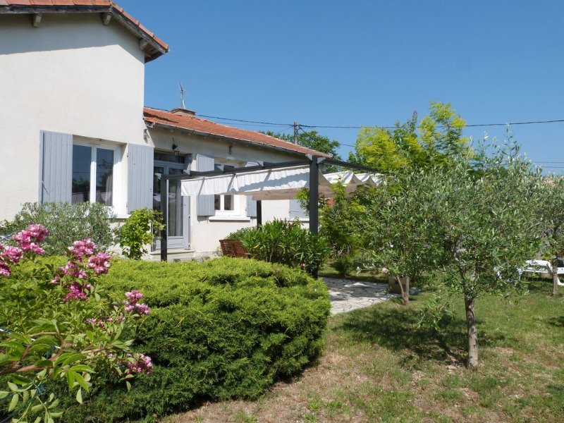 Villa climatisée et son jardin méditerranéen à 10 mn à pied du centre d'Uzès, vacation rental in Uzes