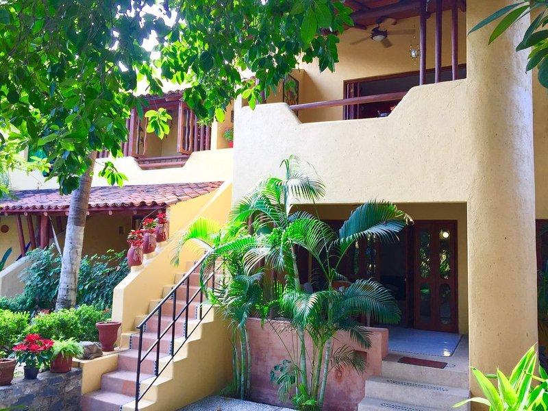 Newer/Roomy Condo w/2 Pools. Madera Area/Short Walk 2 Beaches/Restaurants/Market, holiday rental in Zihuatanejo
