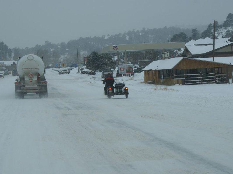Motocicletta con sidecar che sfreccia nella neve per rimanere all'Overlook!