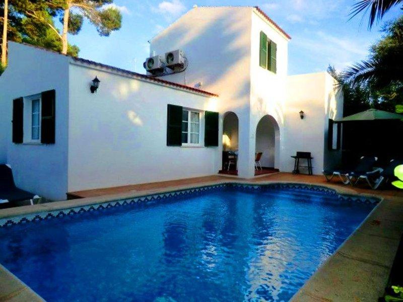 Chalet unifamiliar con piscina privada y aire acondic. a sólo 100 m de la playa, location de vacances à Cala Blanca